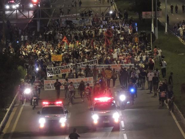 Manifestantes da #RevoltadoBusão nas proximidades do viaduto Quarto Centenário (Foto: Felipe Gibson)