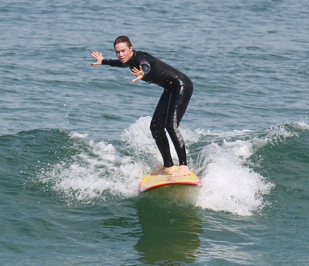 Mariana Ximenes aprende a surfar no RJ (Foto: AG NEWS)
