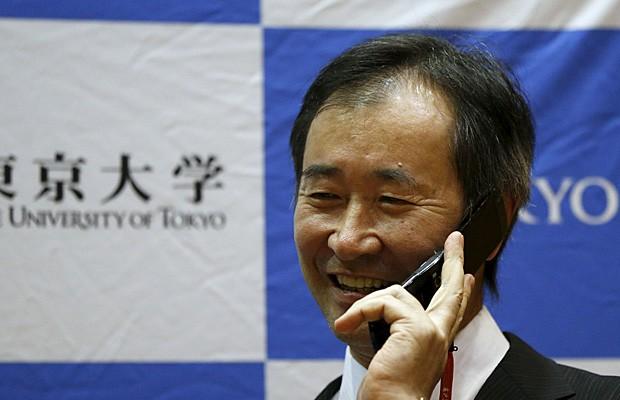 Takashi Kajita, um dos ganhadores do Prêmio Nobel de Física de 2015, recebe telefonema do primeiro-ministro Shinzo Abe para parabenizá-lo (Foto: Issei Kato/Reuters)