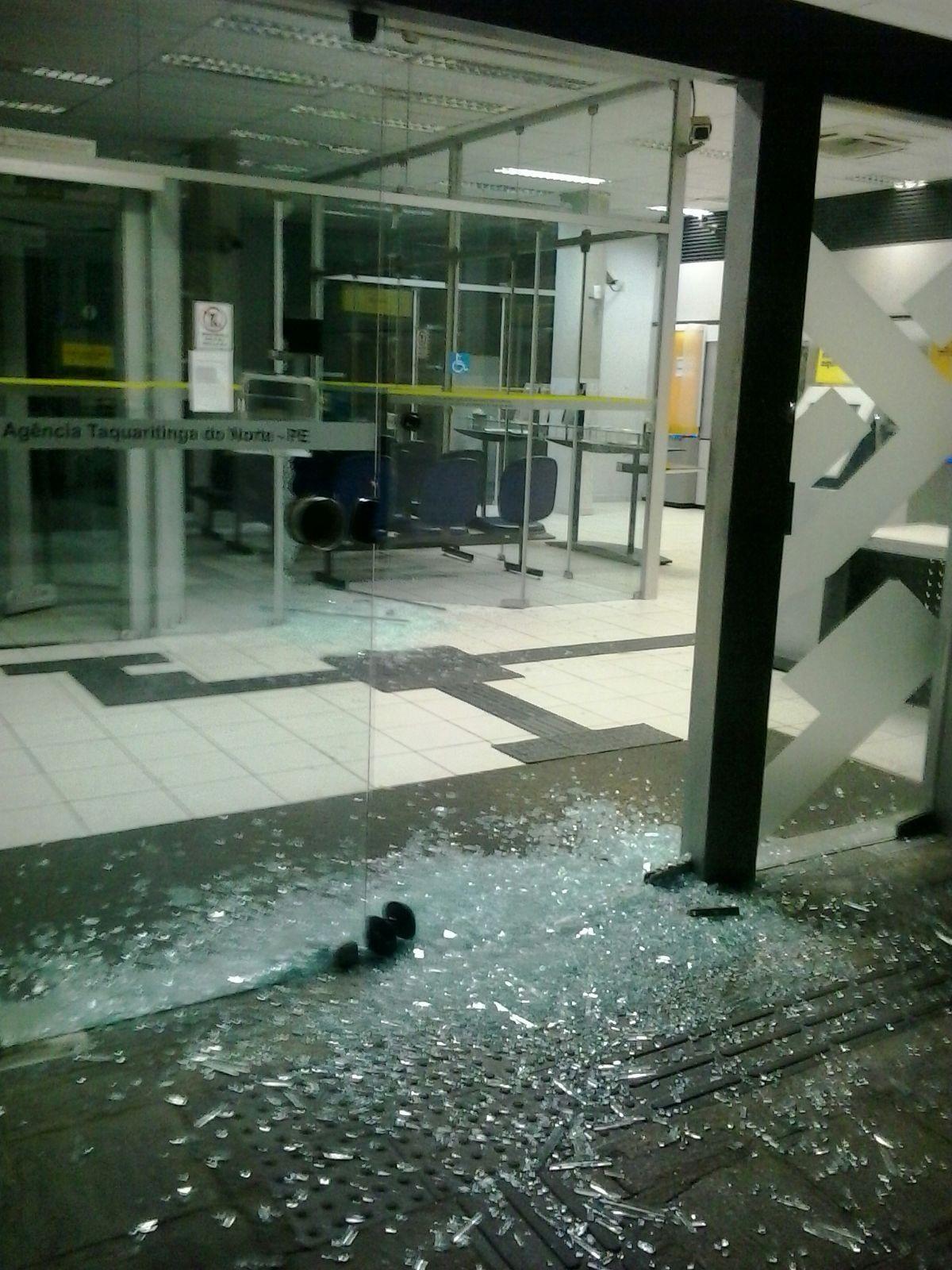 Agência atingida por criminosos em Taquaritinga do Norte  (Foto: Divulgação/ Polícia Militar)
