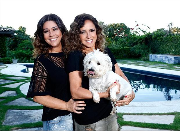 Malu e Daniela com a cadelinha Preta (Foto: Ricardo Cardoso/ Ed. Globo)