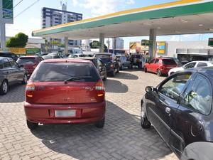 Diante do aumento do preço da gasolina e do diesel, consumidores lotaram o posto Mastergás, na Avenida Epitácio Pessoa, em João Pessoa, nesta quarta-feira (30). No local, o reajuste ainda não foi repassado ao consumidor (Foto: Walter Paparazzo/G1)