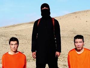Vídeo divulgado pelo Estado Islâmico mostra dois reféns japoneses; grupo ameaçou mata-los em 72 horas caso não receba US$ 200 milhões de resgate (Foto: AP)