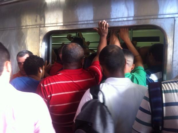 Passageiros lotaram a plataforma da estação Engenho de Dentro na manhã desta sexta (27) (Foto: Edvaldo Santos/ TV Globo)