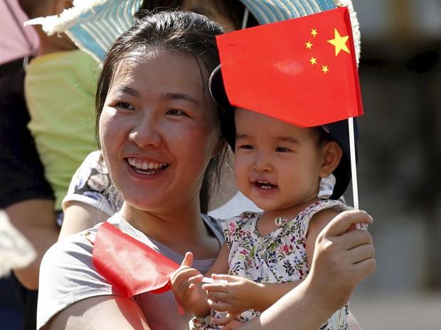 Mulher e seu filho são vistos em parada militar na China em setembro de 2015 (Foto: /Kim Kyung-Hoon/Reuters)