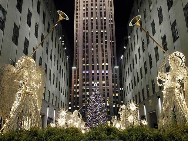 O Rockefeller Center de Nova York, nos Estados Unidos, acendeu, nesta quarta-feira (28), sua árvore de Natal e iluminou muitos enfeites, entre eles vários anjos, com 45 mil lâmpadas. (Foto: Kathy Willens / AP Photo)