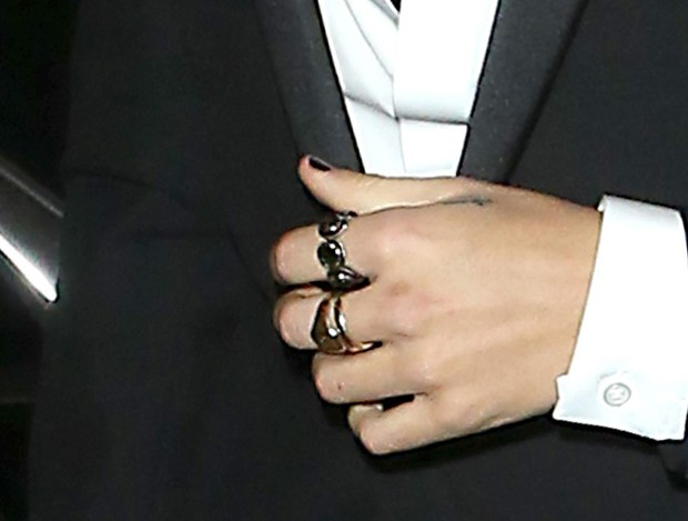 As unhas pretas de Harry Styles (Foto: AKM-GSI)