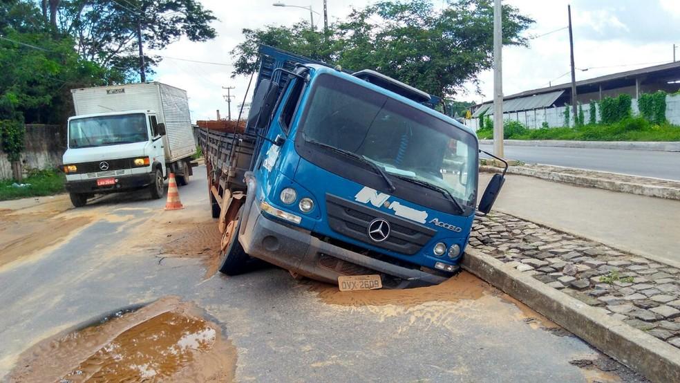 Buraco quase 'engole' caminhão após parte de rua ceder em Teresina (Foto: Gilcilene  Araújo/G1)