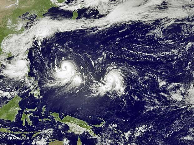 Satélite mostra evolução do tufão 'Linfa' (Foto: NOAA / via AP Photo)