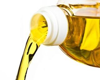 Doação de óleo de cozinha  (Foto: RJTV 1ª Edição)