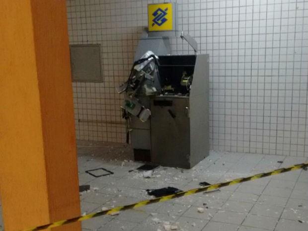 * Homens armados explodem caixa eletrônico de Fórum em Natal.