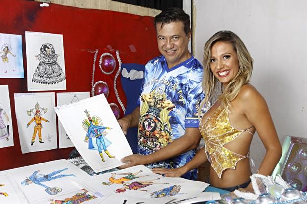 Luisa Mell posa ao lado de Amarildo de Mello, carnavalesco da escola, e entre os desenhos das fantasias do carnaval 2017 (Foto: Celso Tavares/EGO)