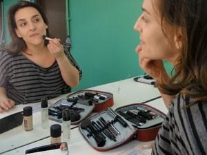Base e corretivo com pincel (Foto: Cheias de Charme / TV Globo)