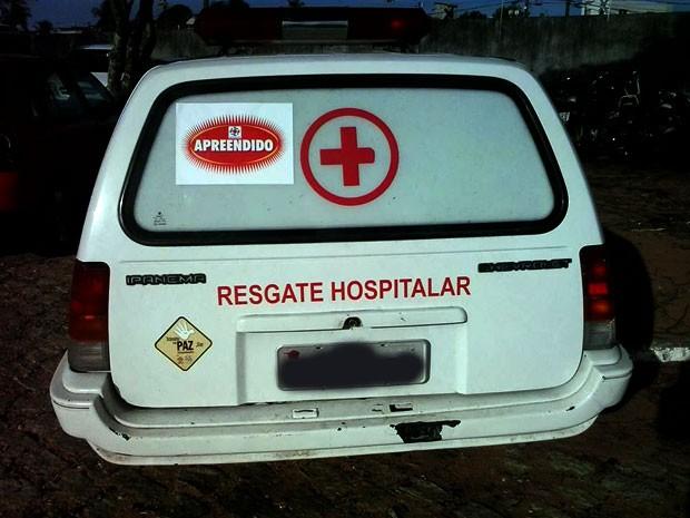 Ambulância foi apreendida em Natal em blitz da Lei Seca (Foto: Anderson Barbosa/G1)