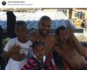 """Adriano aproveita sábado na Vila Cruzeiro e posta foto na comunidade: """"Família"""""""