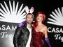 Alessandra Ambrósio se fantasia de Jessica Rabbit para festa