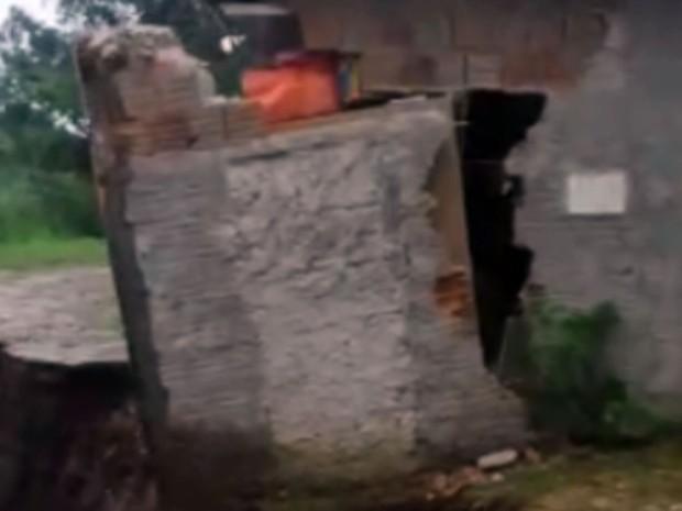 Parte de uma casa cai com a força da erosão após dias de chuva em Sumaré (Foto: Reprodução EPTV)