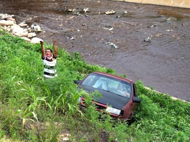 Segundo uma das vítimas, o fato ocorreu após o automóvel ter sido fechado no trânsito (Foto: Anderson Silva/G1 AM)