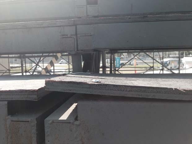 Piso da escada de acesso ao Maracanã tem desnível (Foto: Daniel Silveira/G1)