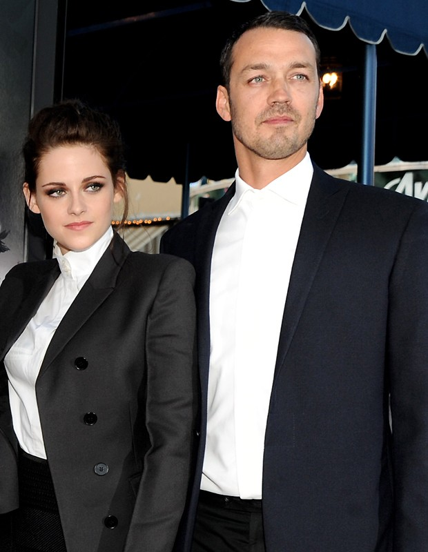 "Kristen Stewart e o diretor Rupert Sanders na premi&#232;re do filme ""A Branca de Neve e o Ca&#231;ador"" (Foto: Getty Images)"