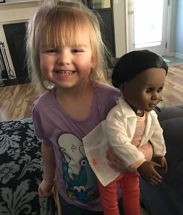 Sophia Benner, de 2 anos, escolheu uma boneca negra no supermercado e foi questionada (Foto: Reprodução Facebook)