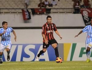 Elias, meia do Atlético-PR, contra o Paysandu (Foto: Site oficial do Atlético-PR/Gustavo Oliveira)