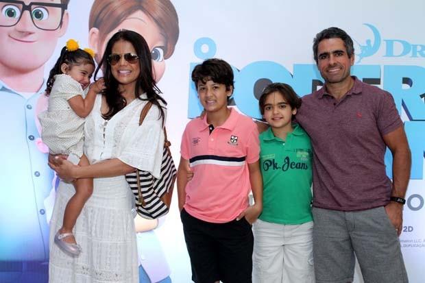 Nívea Stelmann com a família (Foto: Thyago Andrade- Brazilnews)