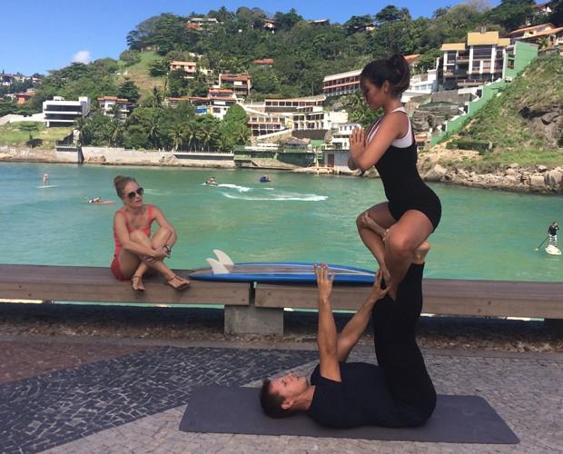 Dani Suzuki pratica Ioga na praia (Foto: Laura Fraga/Gshow)