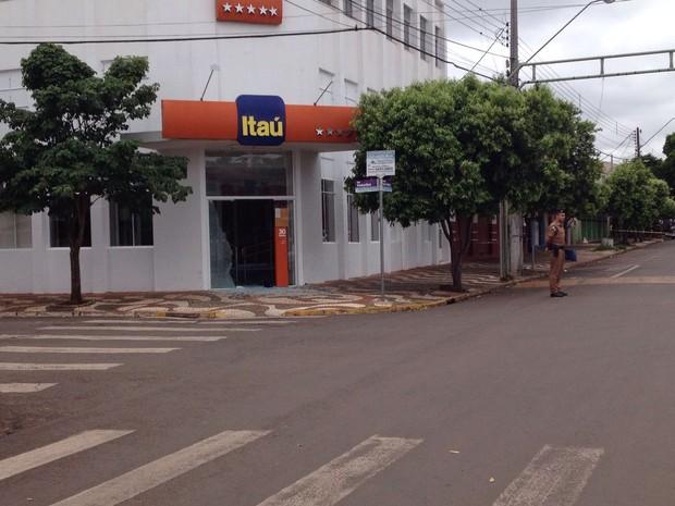 Ladrões também invadiram o banco Itaú (Foto: Laressa Santos/RPC)
