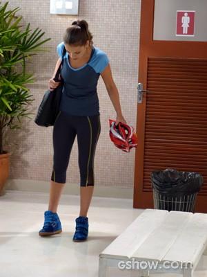Bárbara entra no banheiro e nota que o lugar está alagado (Foto: Malhação / TV Globo)