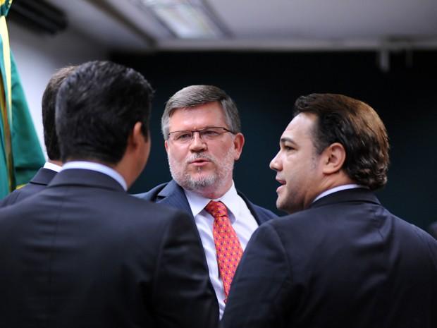 Deputado Assis do Couto (PT-PR), novo presidente da Comissão de Direitos Humanos, conversa com seu antecessor, deputado Marco Feliciano (PSC-SP) (Foto: Lucio Bernardo Jr. / Câmara dos Deputados)