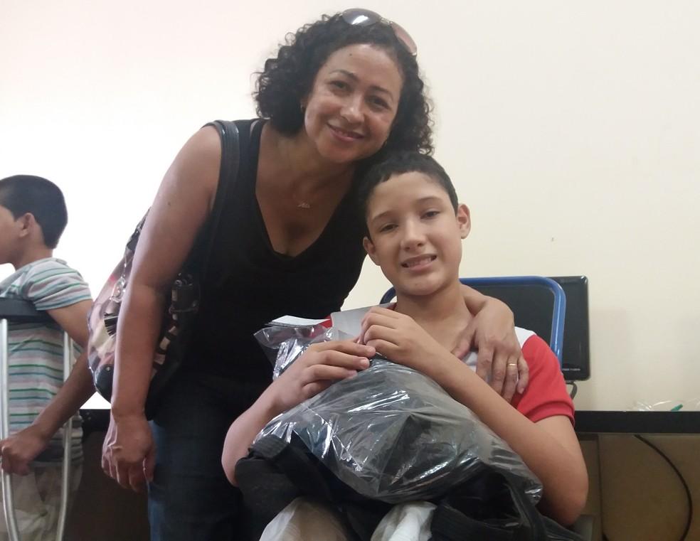 Rodrigo Santos, de 11 anos, foi um dos estudantes beneficiados com a doação (Foto: Jéssica Alves/G1)