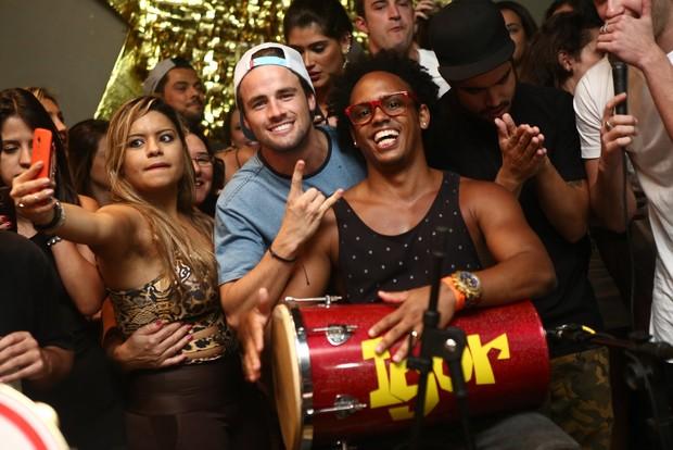 Raphael Licks participa de roda de samba no Rio (Foto: Raphael Mesquita/ Divulgação)