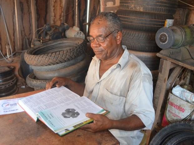 Aos 70 anos, Marcelino estuda diariamente para prova do Enem (Foto: Paula Casagrande/G1)