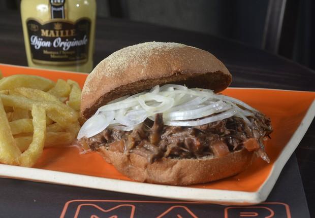 Búfalo Louco, o sanduíche de carne louca de búfalo com cebola marinada em vinagre de champagne no pão australiano, do M.A.B. (Foto: Divulgação)