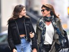 Cindy Crawford e a filha Kaia Gerber aparecem estilosas em passeio por NY
