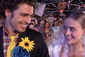 Júlia e Maumau são os noivos da brincadeira (Foto: reprodução/TV Globo)