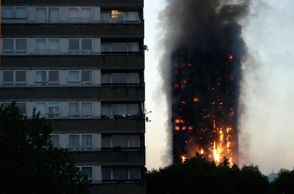 Incêndio destrói prédio residencial em Londres (Foto: Matt Dunham/AP)