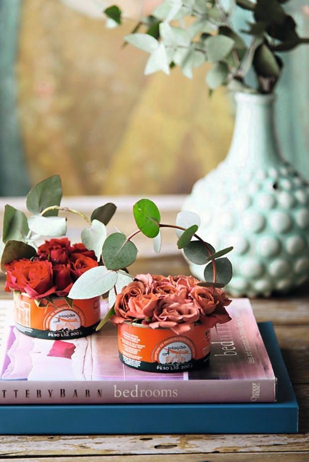 Buquês enlatados. A latinha de manteiga ganhou alça de eucalipto e minirrosas espetadas em esponja floral (Foto: Casa e Comida)
