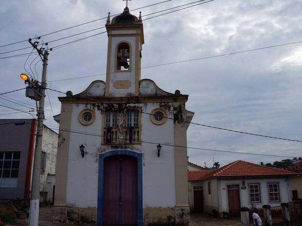 Parte de sino cai na cabeça de jovem em Oliveira (Foto: Marcelo Praxedes/ Rádio Sociedade)