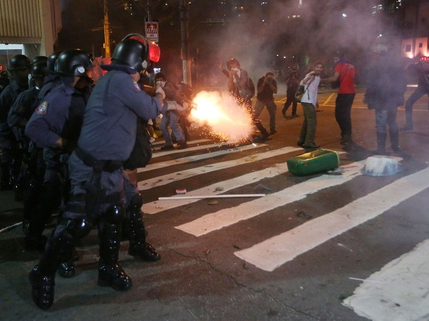 Policiais atiram para dispersar manifestantes na Consolação. (Foto: Alex Silva/Estadão Conteúdo)