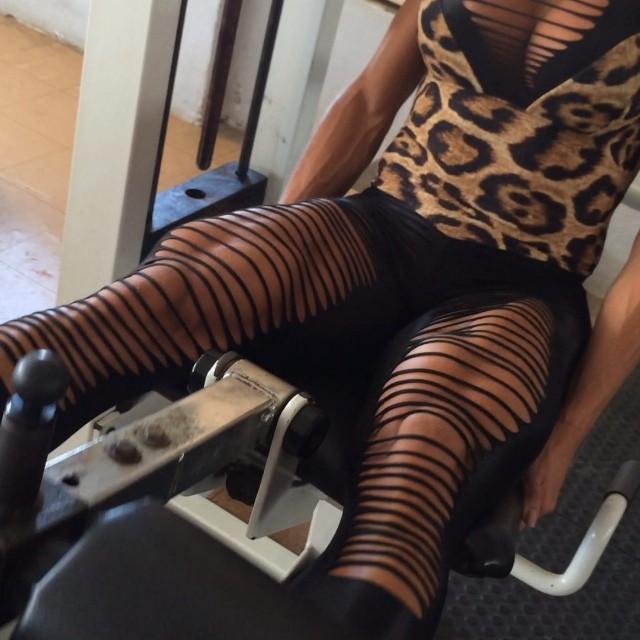 Gracyanne Barbosa treina com look exótico; assista ao vídeo