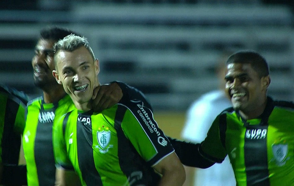 Jogadores do América-MG comemoram gol marcado por Marcelo Toscano contra o Bragantino