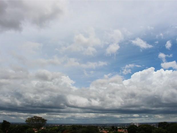 Céu em Campo Grande na tarde deste domingo (15) (Foto: Fernando da Mata/G1 MS)