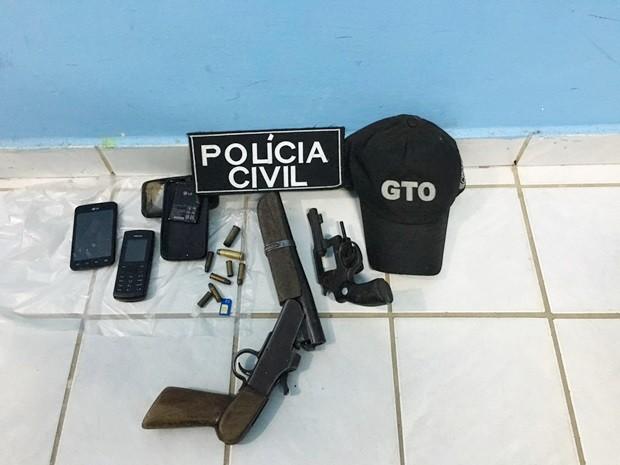 Armas, munições e aparelhos celulares foram apreendidos na casa onde os suspeitos estavam (Foto: Divulgação/PM)