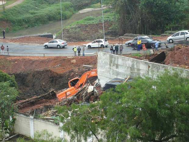 Maquina pesada desaba Guadalupe, São José dos Campos (Foto: Jefferson Affonso/Arquivo Pessoal)