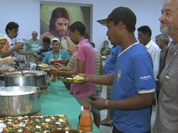 Moradores de rua recebem almoço de igreja em Rio Preto  (Foto: Reprodução/ TV TEM)