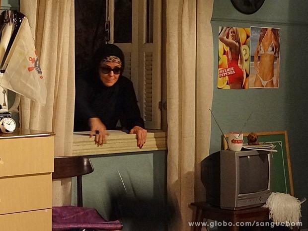 Cheia de ginga, Bárbara Ellen espreita o quarto de Lucindo e pula janela (Foto: Sangue Bom/TV Globo)