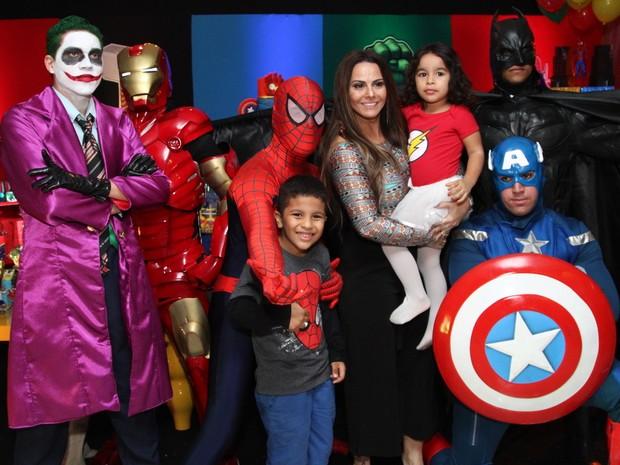 Viviane Araújo com os sobrinhos Lara e Lucas em festa na Zona Oeste do Rio (Foto: Anderson Borde/ Ag. News)