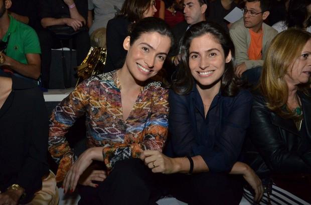 Renata Vasconcellos e a irmã gêmea no Fashion Rio (Foto: Léo Marinho / AgNews)